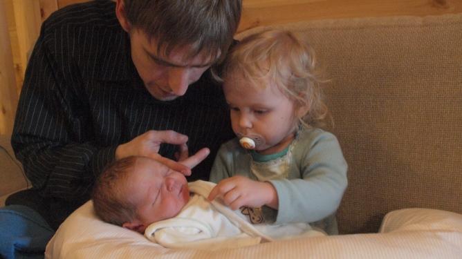Familien nøt noen gode dager sammen før Even begynte å skrike. Her er stolte storesøster Malin, vesle Even og pappa Frank. Alle foto: privat
