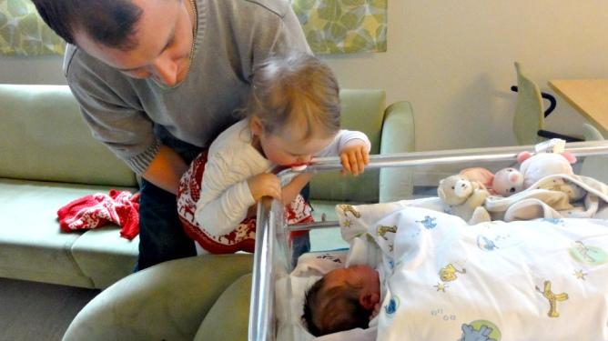 Først etter at Thea var kommet til verden, kunne de reise inn på sykehuset. Her er storesøster Maria på barselbesøk. Foto: privat