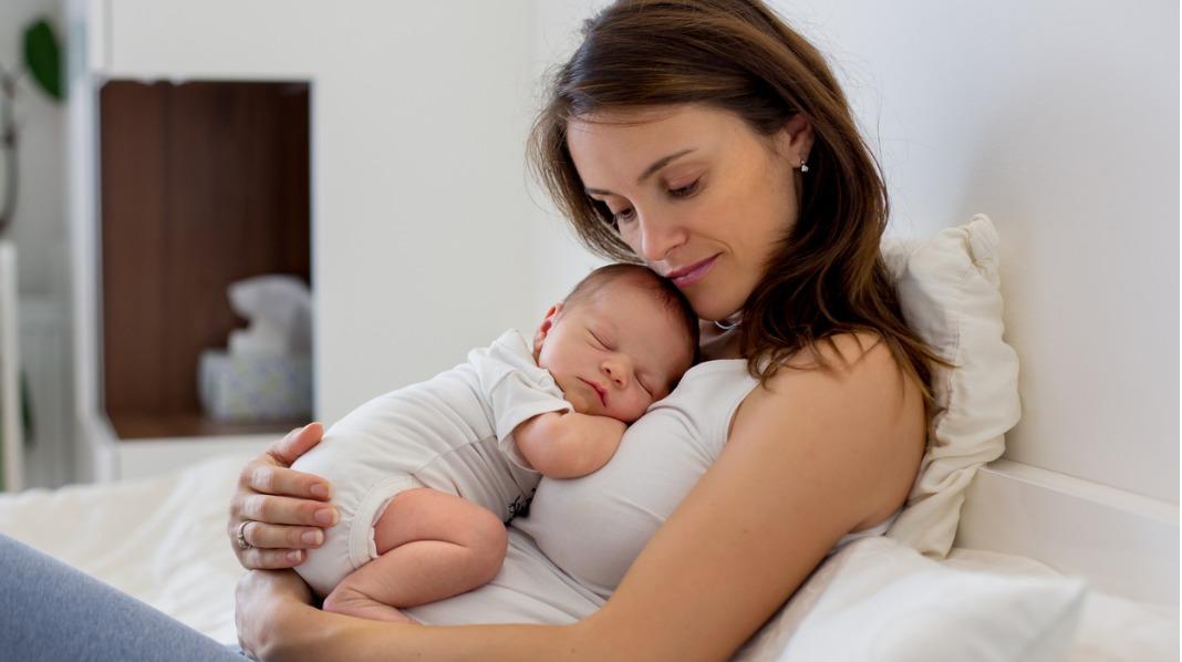 Det kan være nyttig å tenke på de første par månedene som en slags unntakstilstand. Lytt til kroppen og bli kjent med babyen, er jordmor Ragnas råd. Illustrasjonsfoto: iStock