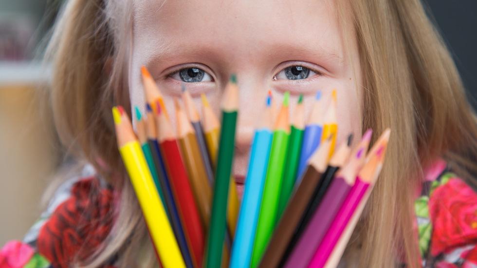 En av de vanligste senskadene er konsentrasjonsvansker. Disse oppdages ofte ikke før det forventes at barna kan sitte stille og for eksempel tegne eller perle over tid. Illustrasjonsfoto: Crestock