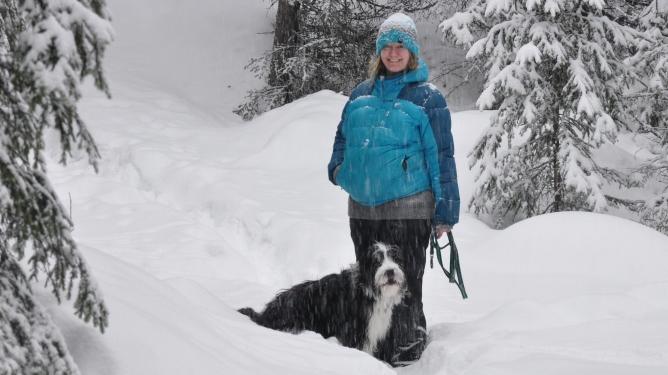 Turen med hunden med skogen ble litt for tøff for Ingunn. Foto: privat