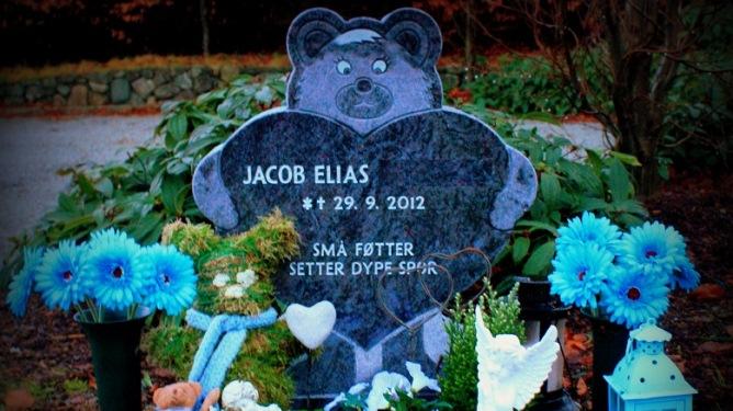 Graven til Jacob Elias blir hyppig besøkt. Foto: privat