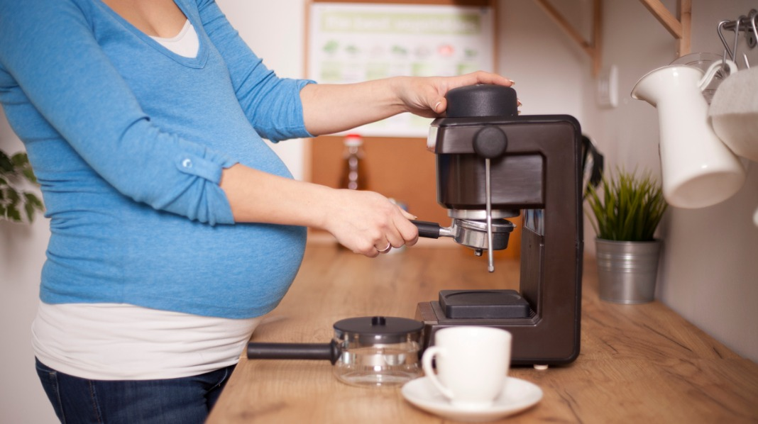 Gravide bør ha et begrenset inntak av koffeinholdig drikke i svangerskapet. Illustrasjonsfoto: iStock