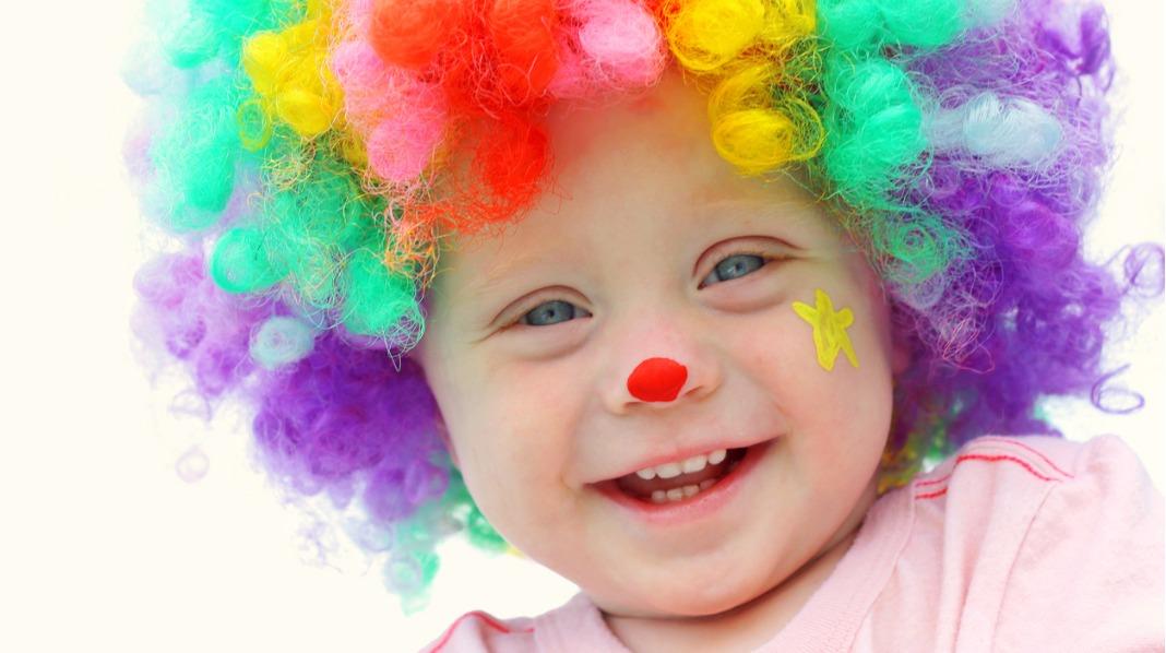 Barn elsker å kle seg ut. Kanskje kan det være artig med en karnevalsbursdag? Illustrasjonsfoto: iStock