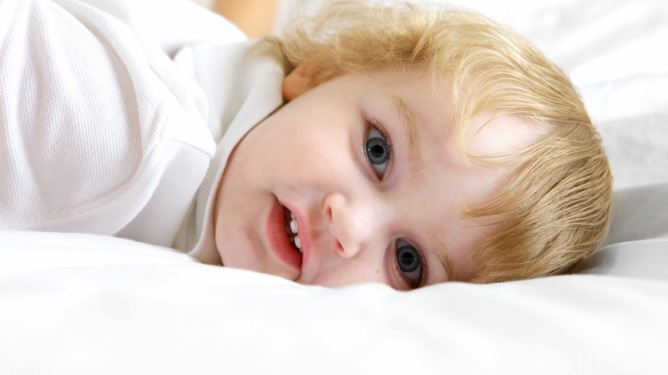 Etter sene kvelder kan det være vanskelig å få barnet i seng til vanlig tid når hverdagen nærmer seg. Illustrasjonsfoto: Crestock
