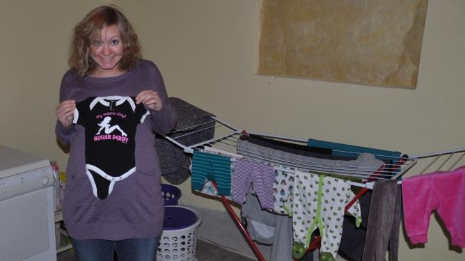 Ingunn koser seg med vask av babyklær. Begge foto: privat