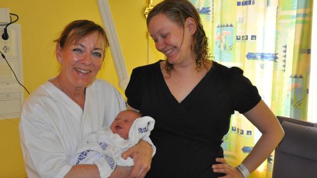 Ella og Ingunn med jordmor som tok imot henne, Anne Marie Lillengen.