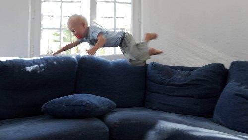 Se opp! Flyvende gutt i sofaen!