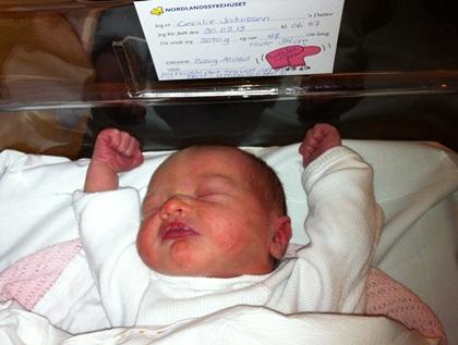 """På lappen på Runas seng står det: """"Jeg hadde det travelt og ble født i ambulansen""""."""