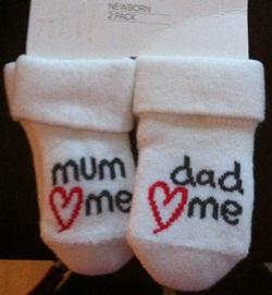 Disse bittesmå sokkene håper Hege å få brukt på hennes lille baby en gang i framtiden. Foto: privat