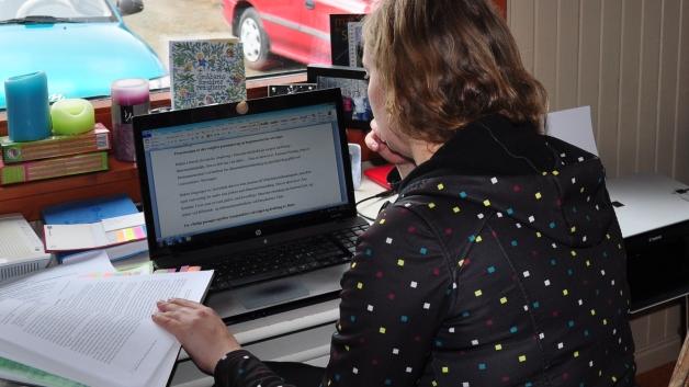 Ingunn skriver på oppgave bare noen få uker etter fødselen,