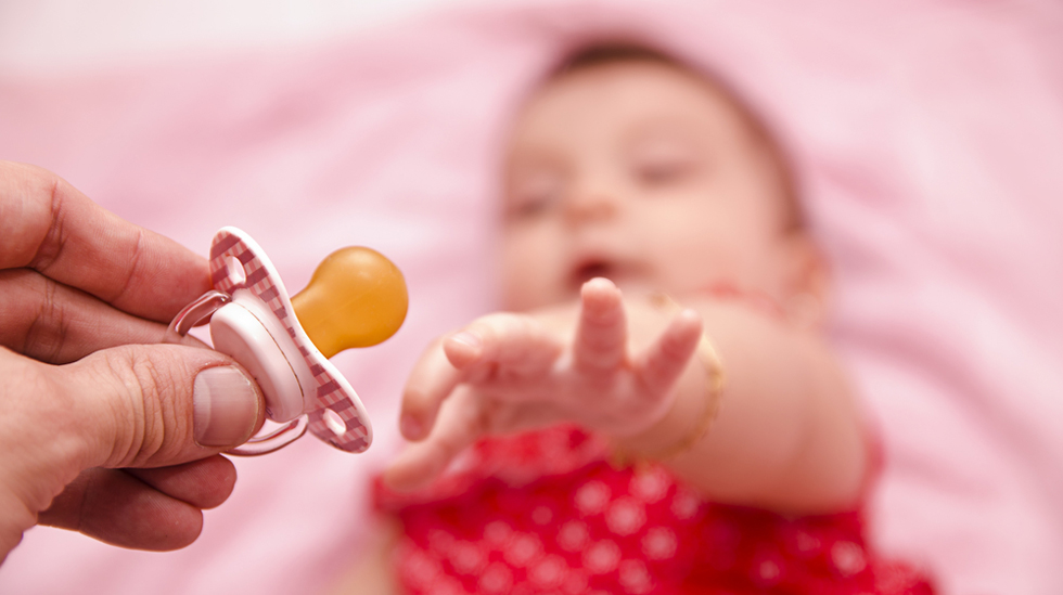 Studien viste at like mange pappaer som mammaer suttet på babyens smokk for å rengjøre den. Illustrasjonsfoto: Shutterstock