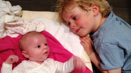 Emil er stormforelsket i lillesøster Ea Sofie.