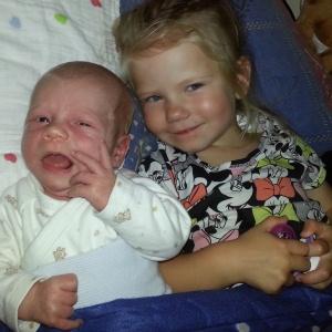 Stolt storesøster Iselilja med lillebror Brage.