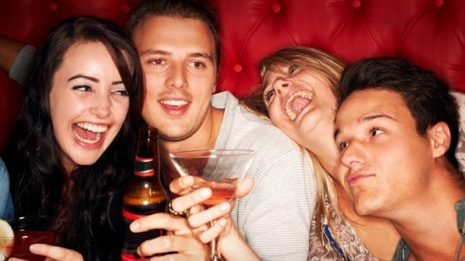 Å si nei til alkohol er å ikke akseptere den som tilbyr. Hvis jeg ikke drikker blir det forstått som at jeg avviser stemningen, stiller meg utenfor fellesskapet som tilbys, skriver Lammelårtanker. Illustrasjonsfoto: Crestock