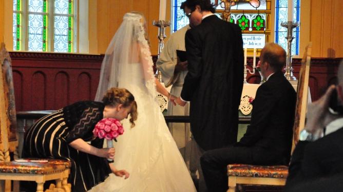 Ingunn retter på brudens kjole. Begge foto: privat