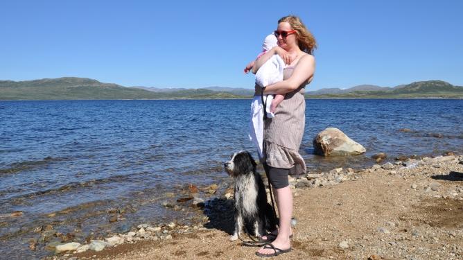 Ingunn, datteren og hunden Butters nyter øyeblikkene og sommeren. Begge foto: privat