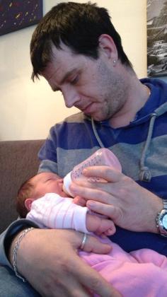 Pappa Stian koser seg hjemme med Amalie Iselin.