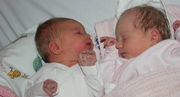 Søskenbarna Martine (t.v.) og Tiril Alexandra kommer til å ha mye glede av hverandre. Og så er det bare 40 minutter i aldersforskjell.
