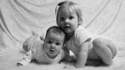 Det er bare ett år og tre dager mellom bursdagene til Selma Oline (2 år) og Olava Johanne (1 år).