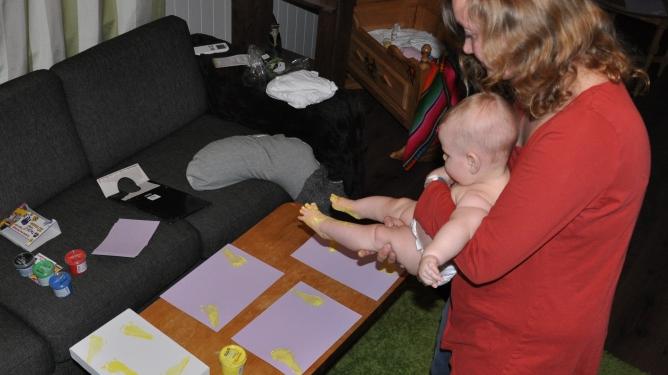 """Ingunn og minien lager bordkort til navnefesten med fotavtrykk og diktet """"Det hender du blir sliten"""". Alle foto: privat"""