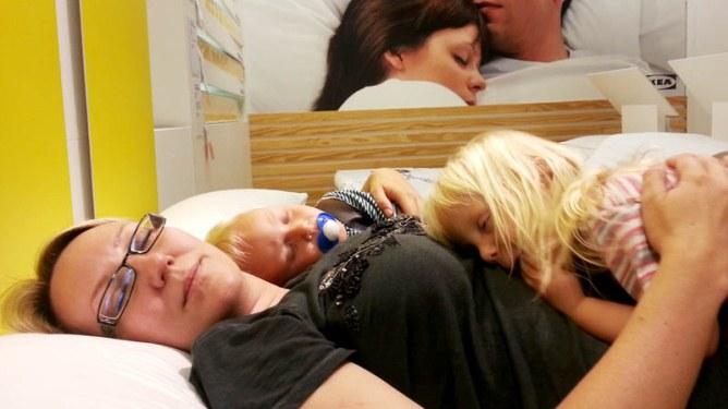 – Ikke en gang på Ikea får jeg sove i fred! Foto: privat