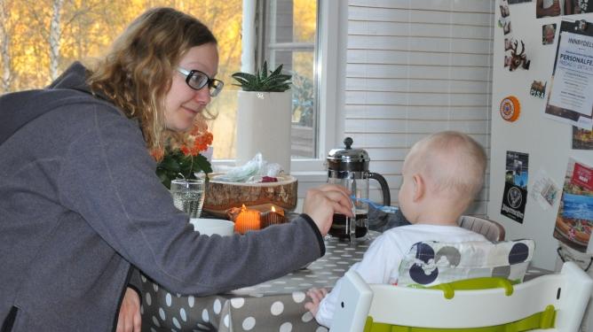 Ingunn spiser frokost med minien før hun skal på jobb. Begge foto: privat