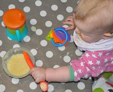 Minien (7 mndr) øver seg på å spise selv.