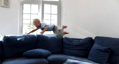 Se opp! Flyvende treåring klar for landing.