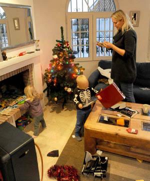 Åh, som vi gleder oss til julaften. Men husk nå små barn, at julen handler om mye mer enn gaver… PS: juletrelysene har mannen valgt...helt alene...