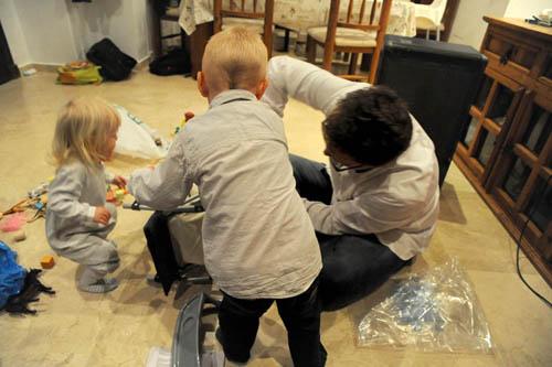 Endelig julefred. Bare avbrutt av mannens irritasjons-utbrudd da han prøver å montere lillesøsters barnevogn. Med god hjelp fra to små, ivrige..