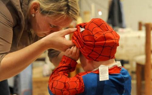 Og at Lillemann satt seg fast i Spiderman-drakten sin.
