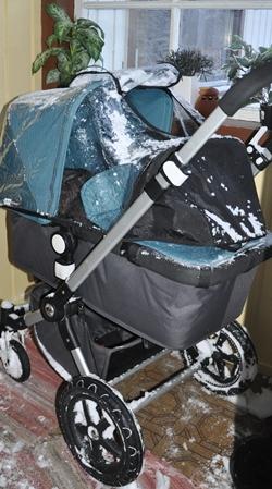 Ingunn er veldig glad de har et vindfang som vognen kan stå i når minien skal sove, nå som det snør sånn.