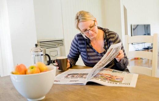 Kaffe og avis før jobb. Oh, lykke.