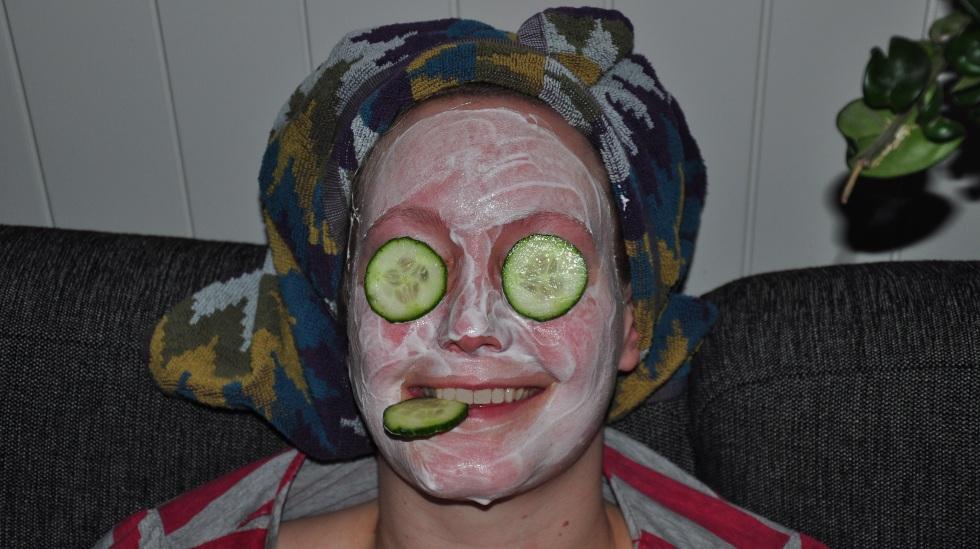 Ansiktsmaske og agurk = hjemmespa! Begge foto: privat