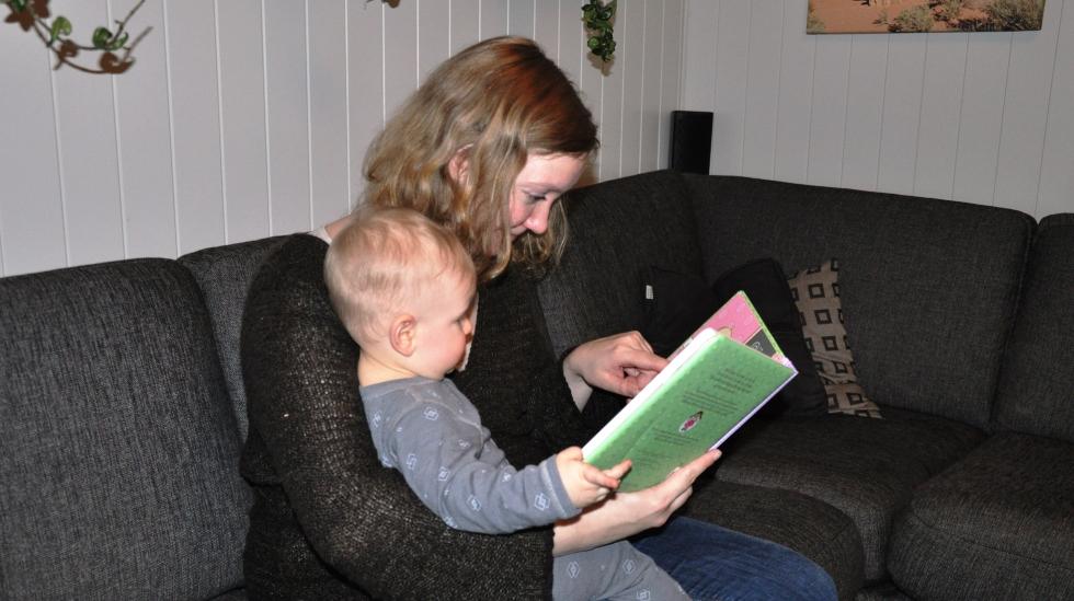 Ella og Ingunn koser seg med ei bok. Begge foto: privat