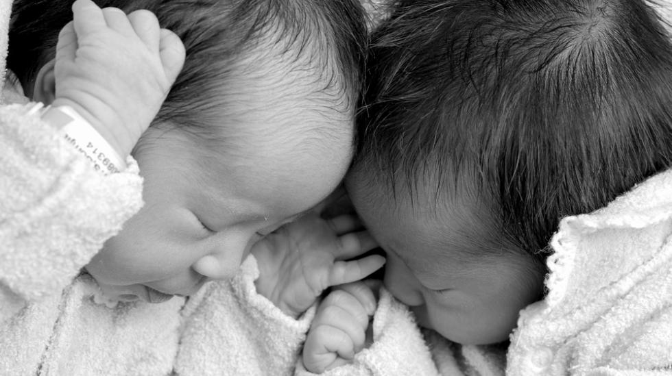 Hvordan blir en fulgt opp under fødselen når det er tvillinger som kommer til verden?Illustrasjonsfoto: Shutterstock