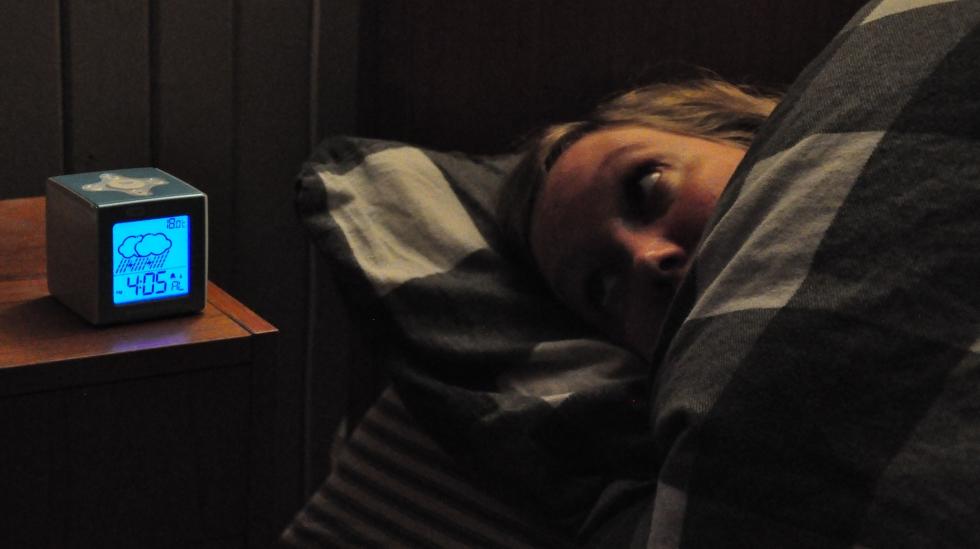 Det er fort gjort å bli litt desperat etter søvn når nattetimene tikker og barnet fortsatt våkner. Begge foto: privat