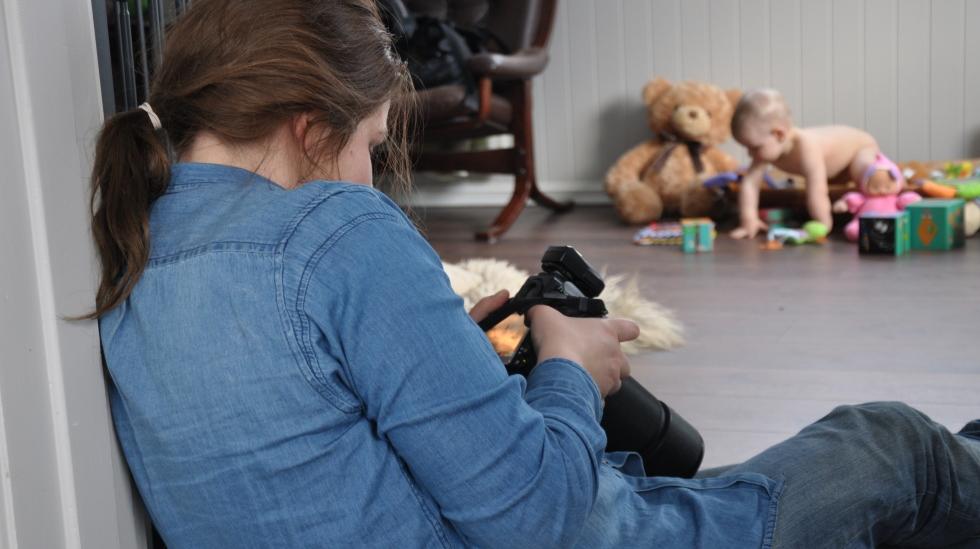 Fotograf Anki Grøthe titter på bildene hun har tatt. Foto: privat