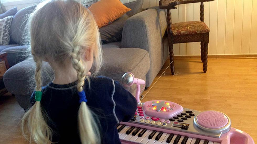 Lillesøsters keyboard. (Ja, jeg vet det er utrolig dumt å gi musikkinstrumenter i julegave til barna. Men gjort er gjort) Foto: Privat