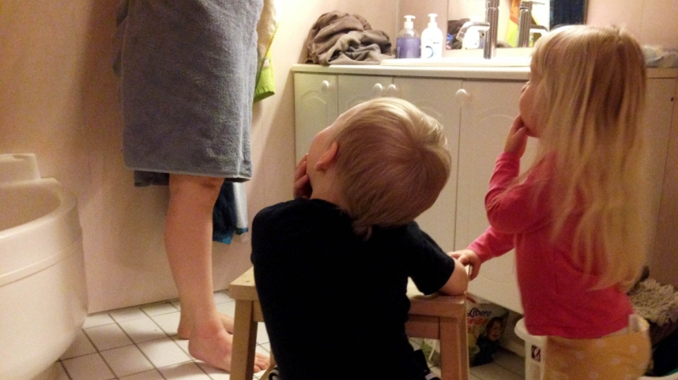 Lillemann og lilleøster studerer mamma på badet. Foto: privat