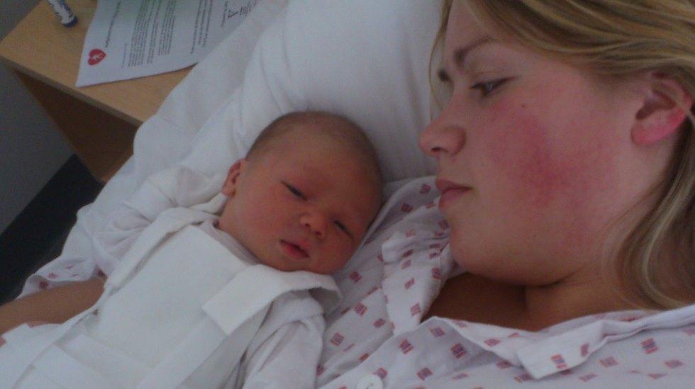Janicke Kvaale og nyfødte Loke. Han ble født med hofteleddysplasi og måtte bruke pute i tre måneder. Foto: privat