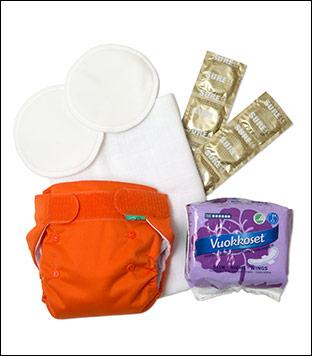Bleiebukse og to innlegg, snippbleier, ammeinnlegg, damebind og kondomer.