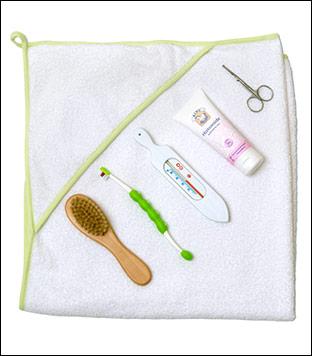 Håndkle 85x84 cm, hårbørste, tannbørste, badetermometer, salve og neglesaks.