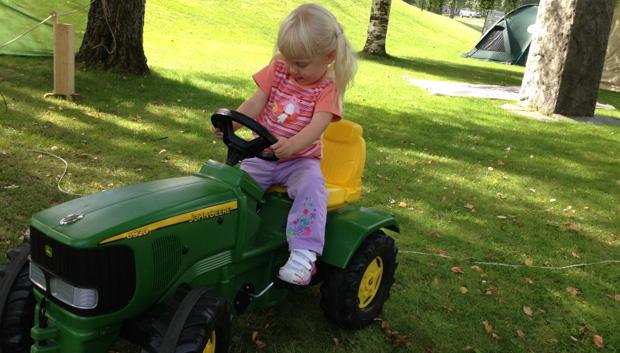 Moaha. Nå skal jeg kjøre traktor!