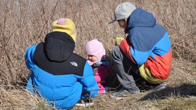 Her leker minien med søskenbarna sine ute i sola. Det er vår! Foto: privat