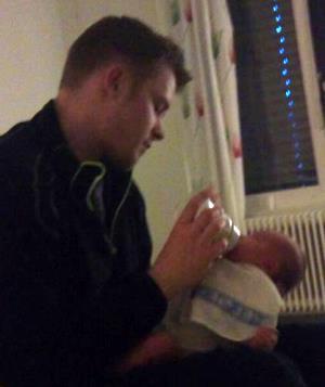 Liam får flaske av pappa. Foto: privat