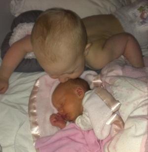 Morgenstund og søskenkjærlighet. Storebror og lillesøster. Foto: privat