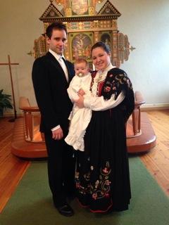 Leo Nikolai sammen med mamma og pappa på dåpsdagen. Foto: privat