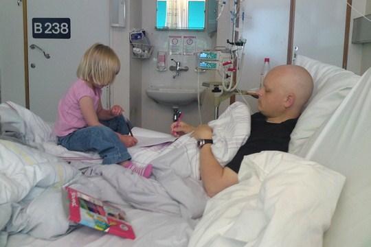2009: Amalie (4 år) får endelig besøke pappa igjen.